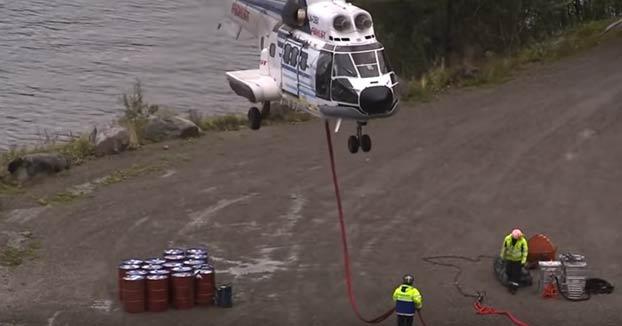 Helicóptero utiliza una bola de demolición para derribar una roca inestable en Noruega