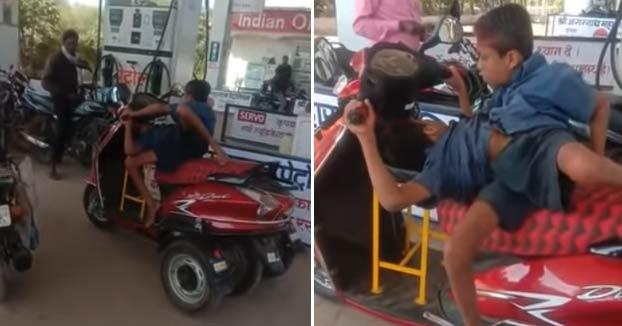 Dos hermanos siameses unidos por la cintura conducen su propia moto adaptada