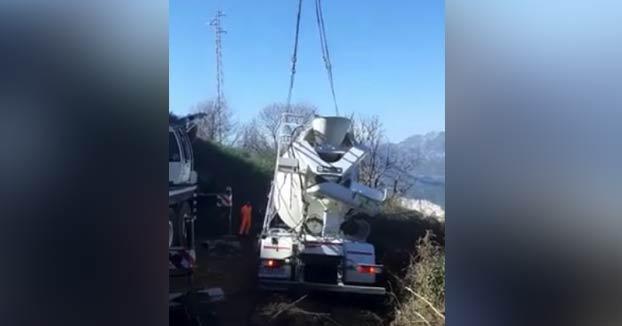 ''Antonioooooooooo!!'': Cae una hormigonera por un terraplén en Ojén, con su conductor dentro, cuando estaba siendo remolcada
