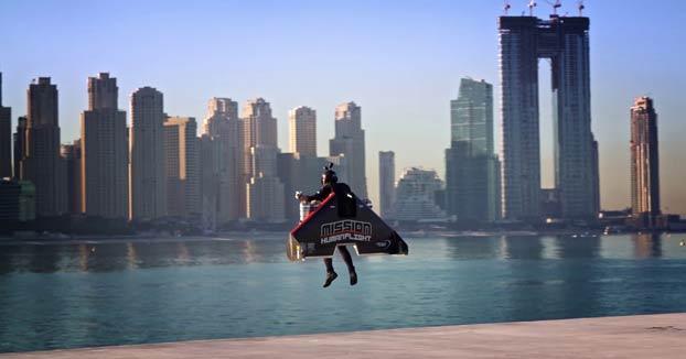 El Jetman Vince Reffet despegando y ascendiendo hasta los 1.800 metros de altitud a 240 km/h en Dubai