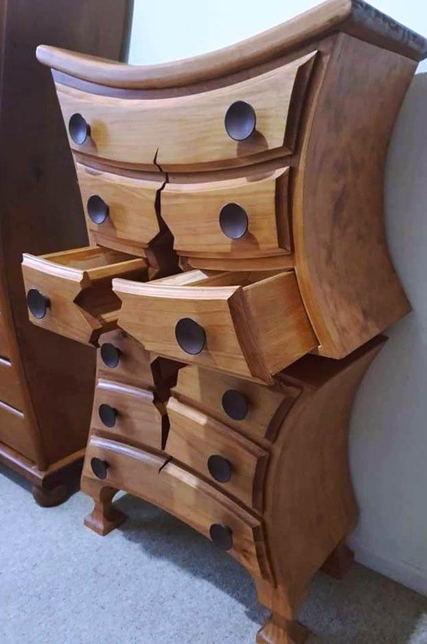 Henk, el carpintero jubilado que crea muebles imposibles que parecen que están rotos