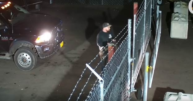 Una mujer roba una camioneta y no le importa llevarse a un vigilante por delante
