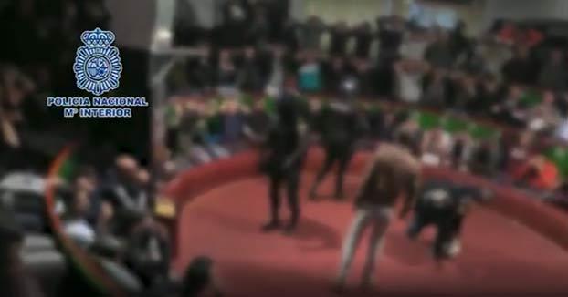 Así irrumpe la policía en una pelea de gallos del El Puerto de Santa María en la que participaban casi 200 personas
