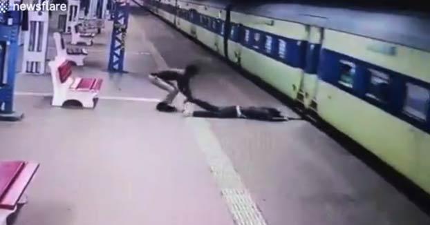 Un policía indio rescata a un hombre que resbaló al subirse al tren en movimiento y quedó atrapado en el hueco entre el tren y el andén