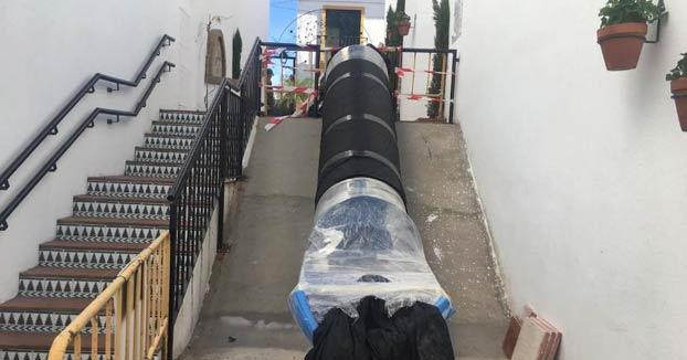 Nuevo tobogán en Estepona. El Ayuntamiento vuelve a colocar otro tras la polémica del año pasado
