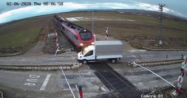 Un tren arrolla a un camión que cruzó la vía cuando el semáforo estaba en rojo