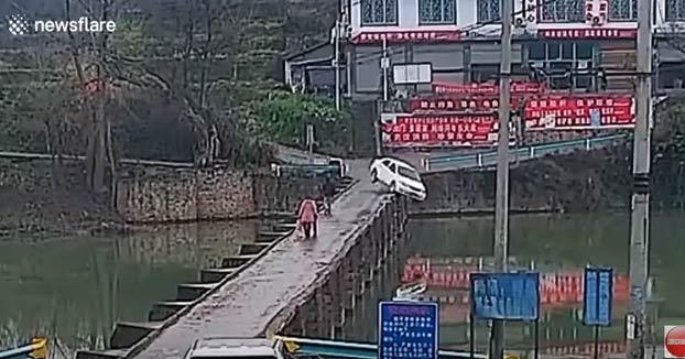 Se distrae con el teléfono móvil mientras iba a cruzar un puente y acaba en el agua...