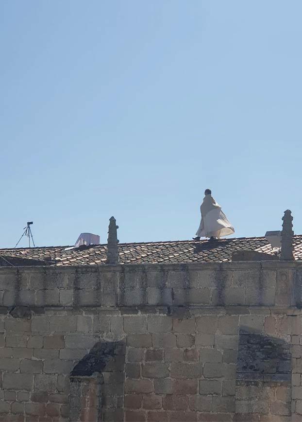 El cura de Arroyo de la Luz (Cáceres) bendice el pueblo desde el tejado de la iglesia