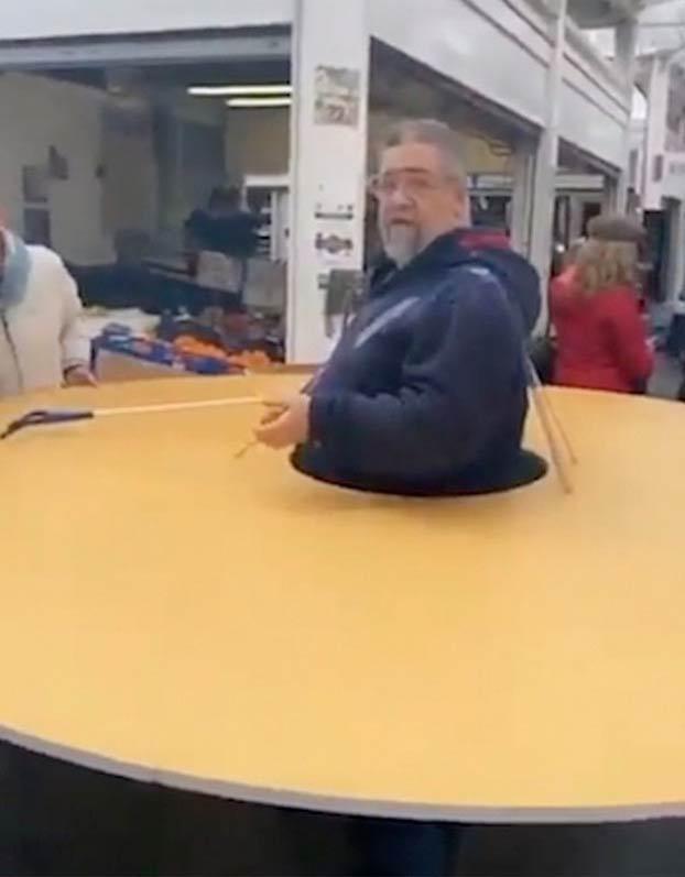 Este hombre sale a la calle con un donut gigante de cartón para mantener la distancia con otras personas