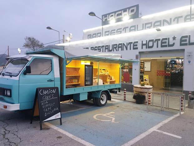 El restaurante de carretera El Hacho coloca un 'food truck' con café, bebida y comida gratis para los camioneros