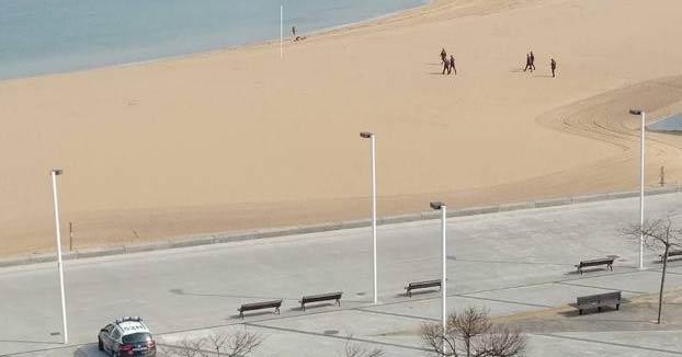 Multan por segunda vez a un hombre por bañarse y tomar el sol en la playa de Poniente de Gijón