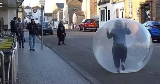 Una mujer de Reino Unido se va al supermercado dentro de una bola Zorb