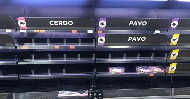 Largas colas y estantes vacíos en los supermercados de Madrid después del cierre de los colegios
