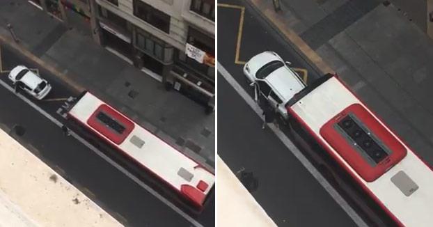 ''Si tienes coj*nes lo revientas. Pringao''. Un autobús arrolla a un coche que estaba parado en un carril bus de Valencia