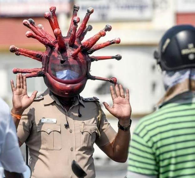 Un policía indio crea el ''coronacasco'' para concienciar sobre la importancia de la cuarentena