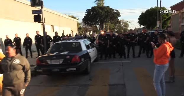 Decenas de policías dispersan a una multitud que estaba celebrando una fiesta de cumpleaños para una niña en Los Ángeles