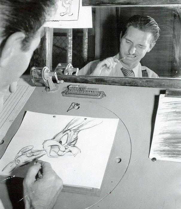 Animadores de Disney estudiando sus reflejos en el espejo para dibujar expresiones faciales de personajes clásicos