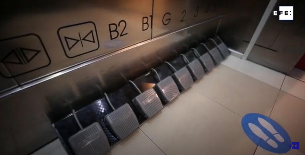 Un ascensor con pedales para evitar contagios