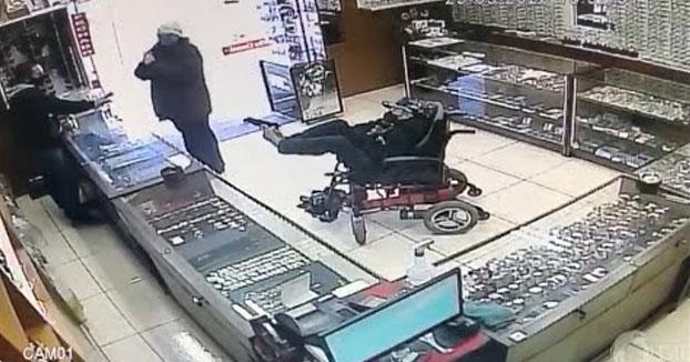 Un hombre manco en silla de ruedas atraca una joyería brasileña sosteniendo una pistola con los pies