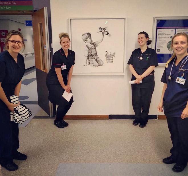 Bnaksy reapare con un dibujo en un hospital de Southampton y señala a los verdaderos superhéroes de la lucha contra el coronavirus