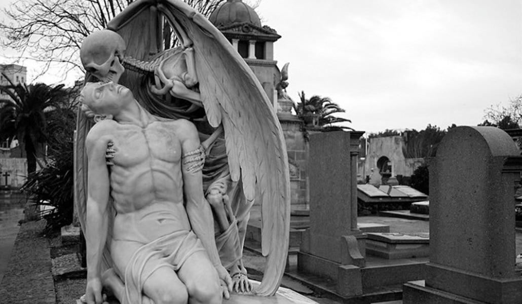El beso de la muerte, la escultura más triste y aterradora de Barcelona