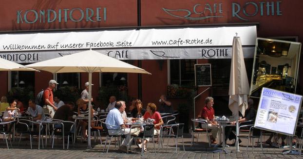 El sistema de una cafetería de Alemania para que sus clientes mantengan la distancia recomendada