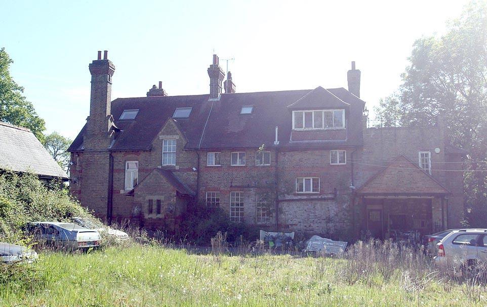 Los dueños de esta lujosa mansión huyeron misteriosamente dejando buena parte de sus bienes