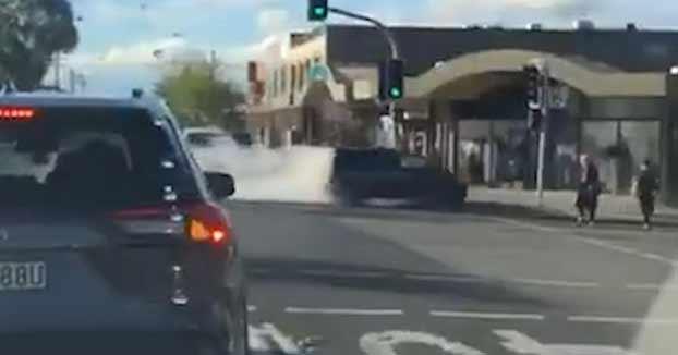 Momento en el que un conductor se estrella contra una tienda en Sydney