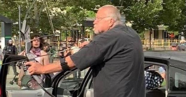 Un hombre dispara con su arco a los manifestantes por la muerte de George Floyd. Luego fue agredido y le quemaron el coche