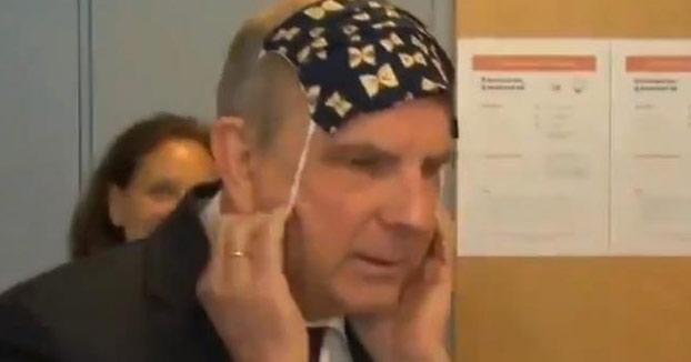 Koen Geens, ministro de Justicia belga, poniéndose una mascarilla