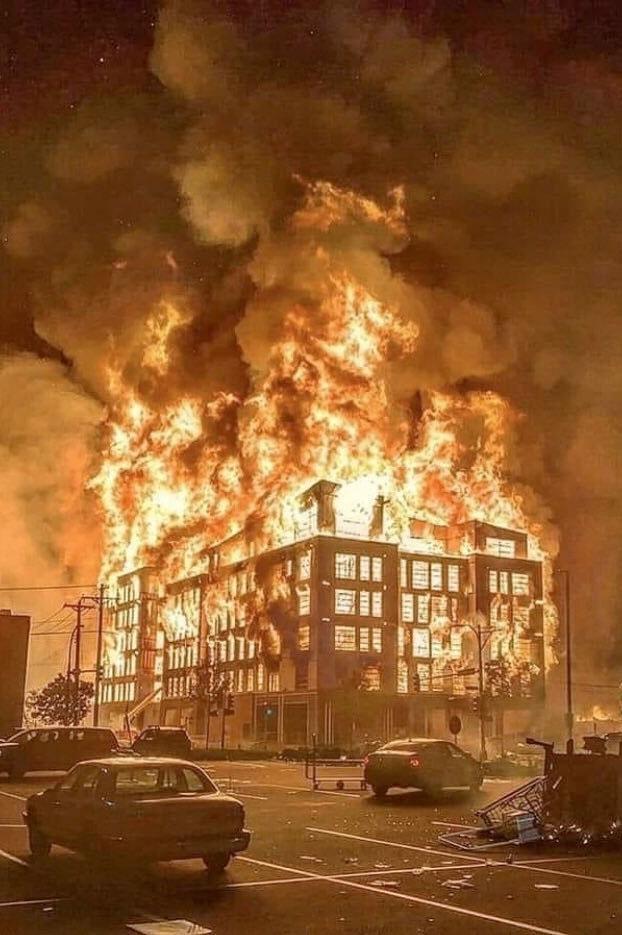 Furia en Minneapolis por la muerte de George Floyd: manifestantes prendieron fuego a una estación de policía
