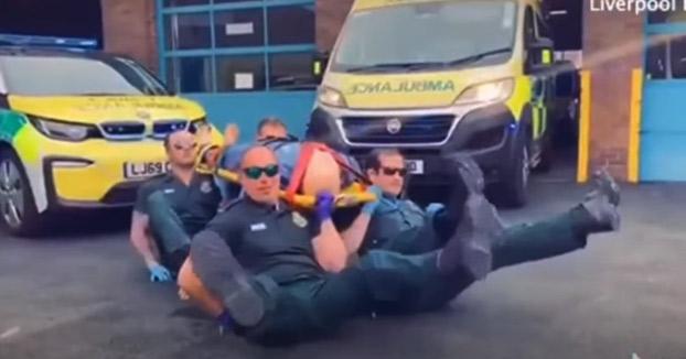 Un grupo de paramédicos ingleses criticados por imitar el famoso baile del ataúd