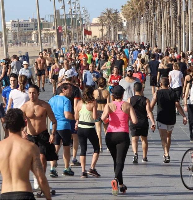 De los creadores de los niños en los parques... Llegan los runners en el paseo marítimo de Barcelona