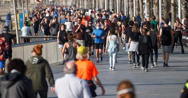 Centenares de runners y paseantes llenan el paseo marítimo de Barcelona
