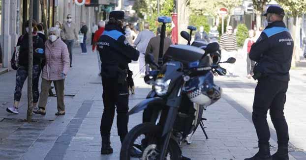 Ataca a muletazos a los policías de Vigo que lo multaron por ir a la playa y su novia les tose en la cara