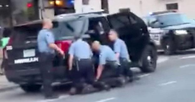 Nuevo video muestra que tres policías presionaron sus rodillas sobre George Floyd