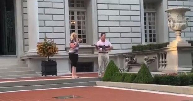 Una pareja de abogados apunta con una pistola y un subfusil a una marcha antirracista que pasaba por su mansión