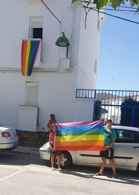 En un pueblo de Málaga el ayuntamiento retira una bandera LGTBI por la denuncia de tres vecinos y esta es la respuesta del pueblo