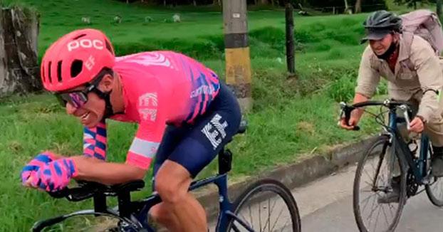 Un campesino se pega a la bici de Rigoberto Urán a más de 45 km/h