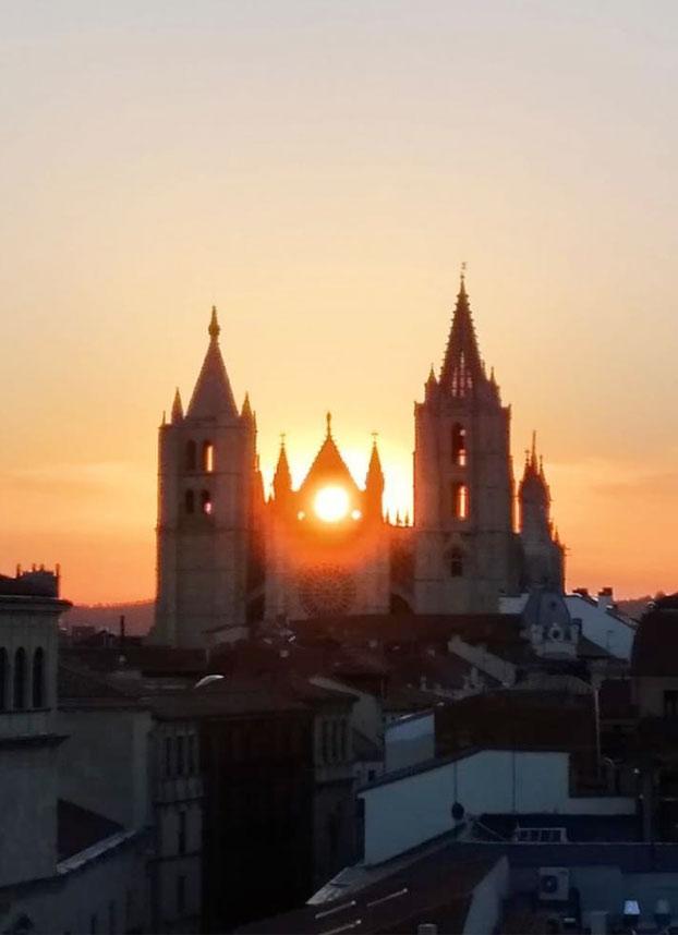 La Catedral de León en el momento en que el sol pasa por el óculo de la catedral