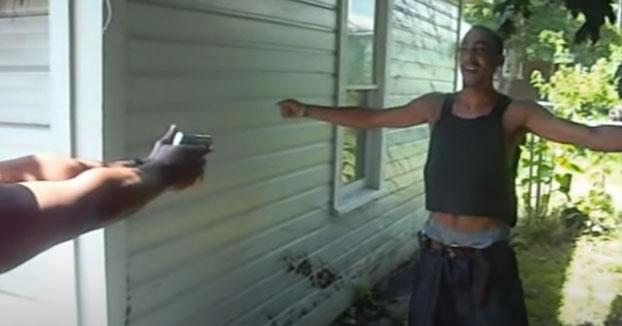 Se pone un chaleco antibalas y deja que le disparen con una pistola para saber qué se siente
