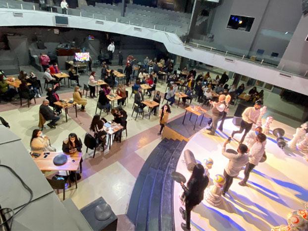 Un cura argentino convierte su iglesia en un bar para protestar por las limitaciones del gobierno