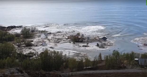 Deslizamiento de tierra arrastra casas al mar en Noruega