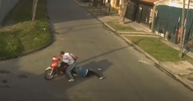 Un individuo en moto roba a una mujer y el cabello de esta se le queda enredado en la llanta de la moto