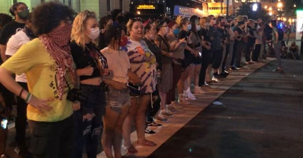 Una fila de mujeres blancas para defender a los manifestantes negros de la policía en Louisville