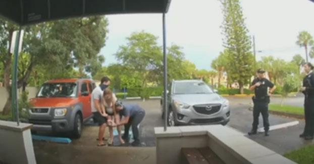 Una mujer da a luz justo a las puertas del hospital