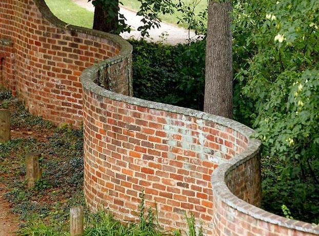Fotografías de muros ondulados cuya construcción requiere menos ladrillos que los rectos