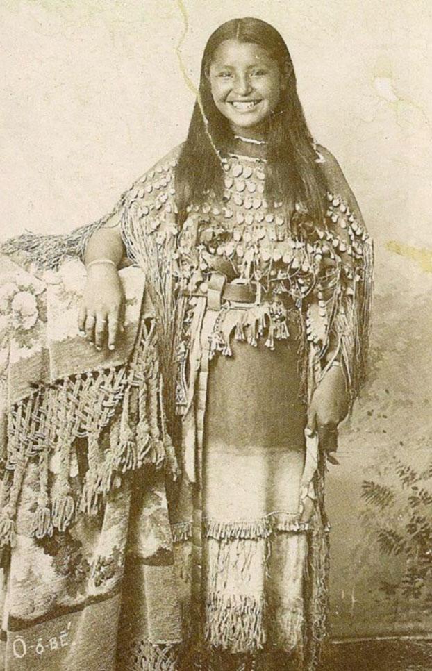 Esta inusual foto de 1894 muestra a una joven nativa americana sonriendo a la cámara