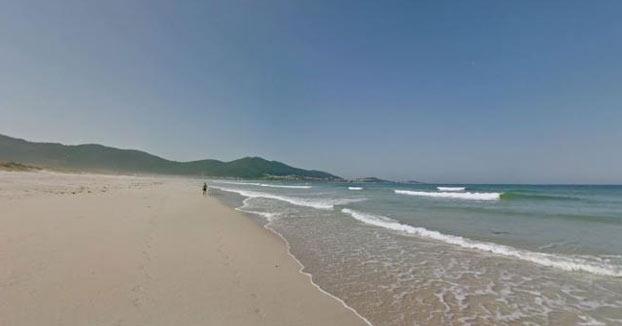 La Policía hace limpiar la playa de Carnota a 38 erasmus que hicieron botellón