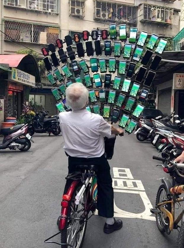 El anciano que jugaba a 'Pokémon Go' en 45 móviles a la vez enganchados a su bici ha evolucionado y ahora usa 64
